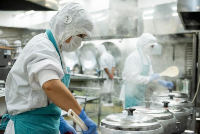 ★船橋競馬場駅近くの学校給食の画像・写真